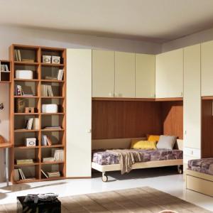 W pokoju dwójki nastolatków sprawdzi się zestaw mebli z ergonomicznie wyznaczonymi miejscami na łóżka. Fot. Giessegi.
