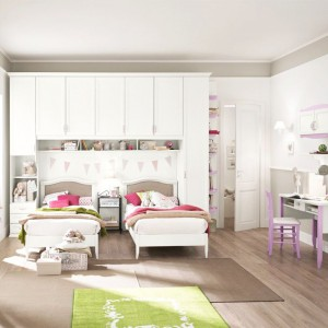 Równoległe ustawienie łóżek w niedalekiej odległości sprawdzi się w pokoju sióstr, zwłaszcza w zbliżonym wieku lub bliźniaczek. Fot. Colombini Casa.