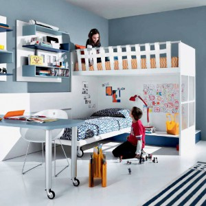 Łóżka na dwóch poziomach, zachodzące na siebie, znakomicie sprawdzą się w pokoju siostry i brata. Każde z dzieci będzie miało swoją prywatną przestrzeń. Fot. GAB.