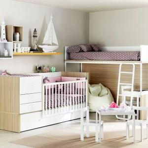 W pokoju niemowlaka i przedszkolaka warto ustawić łóżka w niedalekiej odległości. Dzięki temu dzieci będą miały ze sobą kontakt wzrokowy. Fot. Ros.