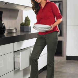 Nowoczesne systemy wspomagania do szuflad pomagają korzystać z nich nawet wtedy, kiedy mamy zajęte lub brudne ręce. Dzięki elektromechanicznemu wspomaganiu prowadnic Easys  wystarczy lekko nacisnąć front szuflady w dowolnym miejscu, żeby ją otworzyć. Fot. Hettich.
