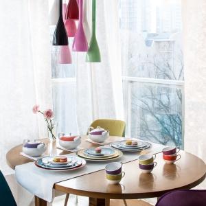 Miłość kojarzy się z wiosną i jej kolorami, dlatego warto postawić na ciepłe, przyjemne aranżacje stołu. Fot. Porcelana Ćmielów i Chodzież.