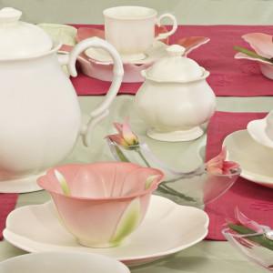 I znowu powiew klasyki, która jest ponadczasowa i sprawdzi się znakomicie podczas romantycznej kolacji. Biała zastawa w połączeniu z różowymi dodatkami stworzy naprawdę natrojową aranżację. Fot. Villa Italia.