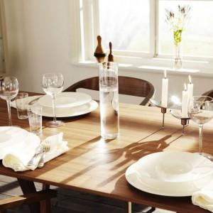 Świece, biała porcelana i szklane kieliszki stworzą klasyczny romantycznny nastrój. Fot. IKEA.