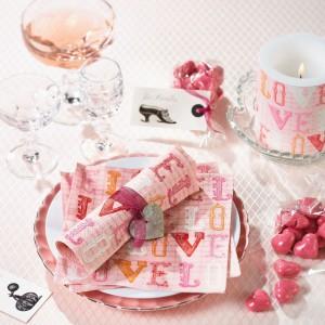 Walentynkowe serwetki to świetny sposób na urozmaicenie i upiększenie walentynkowej aranżacji. Fot. Paper+Design.