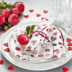 Róże i serca to typowy motyw Święta Zakochanych, nie może go zabraknąć podczas walentynkowej randki. Fot. Paper+Design.