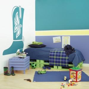 Pokój dziecka to wyjątkowe miejsce, w którym na ścianie można użyć nawet kilku kolorów farb. Farby: Dekoral Fashion Lawendowy welwet i Muślinowy turkus oraz Promień słońca. Fot. Dekoral.