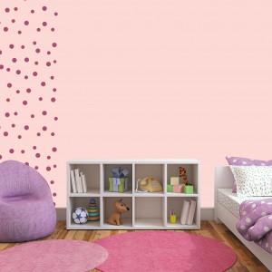 Pokój pomalowany na różowo napawa optymizmem oraz sympatią łagodząc uczucie osamotnienia. Słodycz tej barwy można przełamać ciemniejszymi detalami. Farba: Jedynka. Fot. Jedynka.