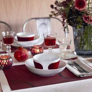 Biało-czerwona zastawa z serii Touch od marki Kahla wydaje się idealną propozycją na randkę w Święto Zakochanych. Ciemnoczerwone dodatki i kwiaty wzbogacają nastrój. Fot. Kahla.