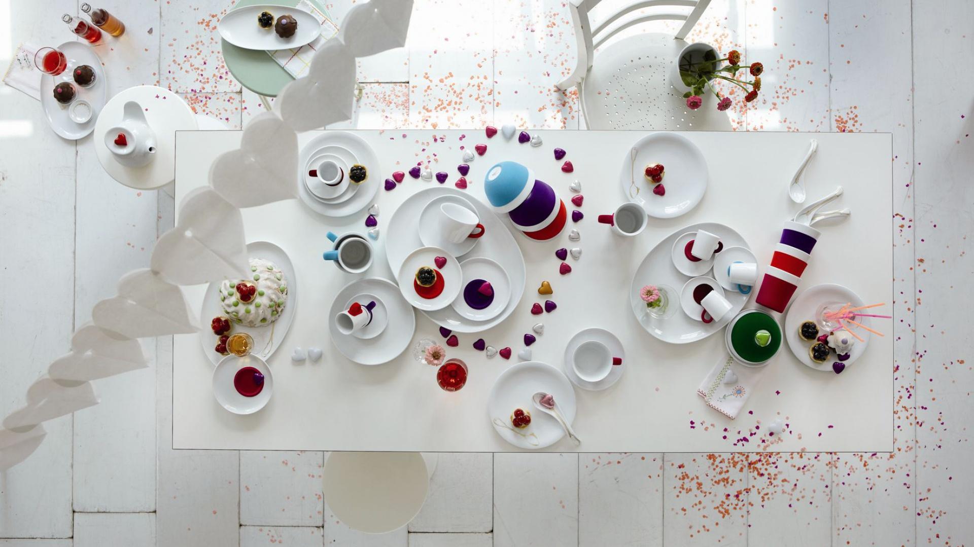 Serca i serduszka to najbardziej lubiane ozdoby w Święto Zakochanych. Sprawdzą się znakomicie również na stole, w połączeniu z białą czy kolorową zastawą będą wyglądać niezwykle romantycznie. Fot. Kahla.
