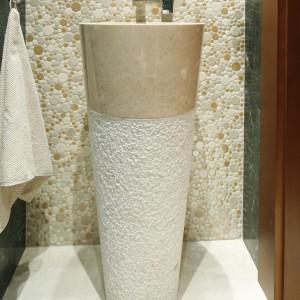 Wykonana z marmuru umywalka to model podłogowy w formie odwróconego ściętego stożka. Poza swoją podstawową funkcją, pełni w łazience rolę nietuzinkowej dekoracji. Projekt: Kinga Śliwa. Fot. Bartosz Jarosz.