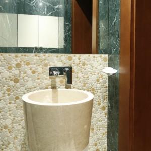Nie tylko okładziny ścian czy podłóg można wykonać z kamienia. W tej łazience pięknie prezentuje się także marmurowa umywalka. Projekt: Kinga Śliwa. Fot. Bartosz Jarosz.