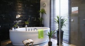 Na ściany, podłogi, blaty i obudowy. Kamień naturalny pełni w łazience rolę materiału, z którego można wykonać trwałe i efektowne okładziny, ale także niepowtarzalnej dekoracji.