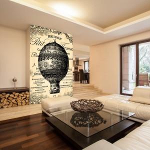Grafika nawiązująca do dawnych lotów balonem świetnie wkomponuje się we wnętrze z naturalnymi dodatkami. Inspiracja od firmy Foteks. Fot. Foteks.