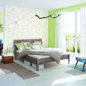 Jasna tapeta ozdobiona drobnymi kwiatami w pastelowych odcieniach w subtelny sposób ożywi sypialnię. Dla urozmaicenia część ścian można pomalować na zielono. Tapeta z kolekcji Home Vision marki Rash. Fot. Rash.