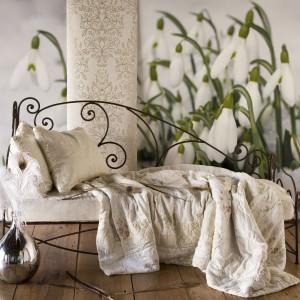Przebiśniegi rozkwitające na fototapecie marki Pixers w subtelny sposób obudzą sypialnię, jak również podkreślą romantyczny charakter wnętrza. Fot. Pixers.