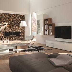 Szafka RTV z kolekcji modułowych mebli do salonu Neo marki Hulsta. Naturalne drewno w połączeniu z lakierowanymi na wysoki połysk powierzchniami podkreśli elegancki charakter każdej przestrzeni wypoczynkowej. Fot. Hulsta.