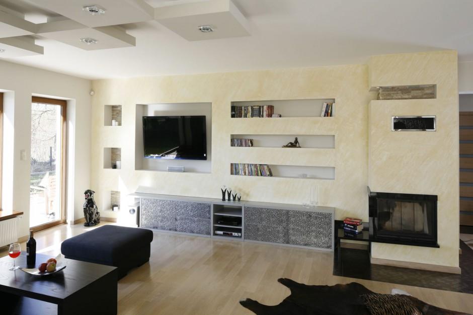 Kominek, telewizor oraz...  Ściana z kominkiem - pomysły projektantów na aranżację salonu ...
