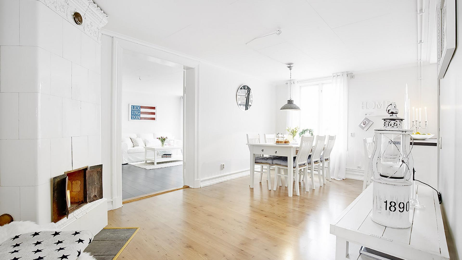 Romantyczną atmosferę we wnętrzu budują sztukaterie pod sufitem, pomalowane na biało, stare, drewniane meble oraz piękny, stary kaflowy piec. Fot. Vastanhem.