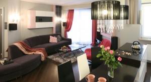 Czy mały salon może być wygodny i funkcjonalny? Oczywiście, że tak. Trzeba go tylko odpowiednio zaprojektować.