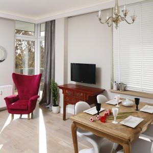 Wnętrze urzeka niezwykle ciekawym połączeniem stylu nowoczesnego z pięknymi, antycznymi meblami, będącymi ozdobą salonu. Projekt: Monika Gorlikowska. Fot. Bartosz Jarosz.