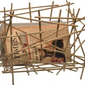 Gazetnik Blow Up w wersji bambusowej składa się z mnóstwa pozornie przypadkowo połączonych ze sobą pręcików. Akcesorium od firmy Alessi będzie oryginalną ozdobą wnętrza. Dostępny w sklepie Fide. Fot. Alessi.