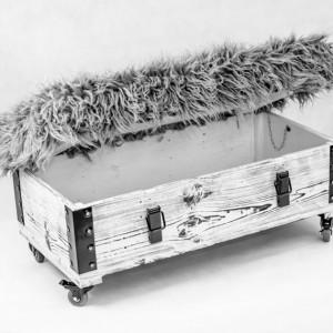 Pufa Lama od marki Wood You Like, która jest jednocześnie skrzynią i siedziskiem. Deski pochodzą z wojskowych skrzyń po amunicji. Siedzisko wykonane z materiałów tapicerskich. Dostępna na DaWanda. Fot. DaWanda.