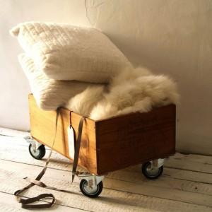 Drewniana skrzynka na kółkach, bejcowana i woskowana. Niebanalny dodatek do mieszkania jako miejsce na czasopisma i gazety, pudełko na zabawki lub ulubione książki i zdjęcia. Propozycja od TreeFabric, dostępna w sklepie DaWanda. Fot. DaWanda.
