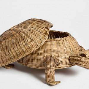 Zabawny wiklinowy żółw z pokrywą to świetna propozycja do dekoracji i przechowywania drobiazgów czy robótek ręcznych. Fot. Zara Home.