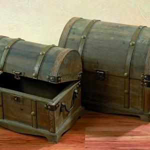 Piękne kufry wykonane z drewna w kolorze brązu, przecierane i stylizowane na styl Art Déco. W takim kufrze nie tylko przyjemnie chowa się różne rzeczy, ale przede wszystkim przyjemnie się na niego patrzy. Dostępny w sklepie Dekoracja Domu. Fot. Dekoracja Domu.