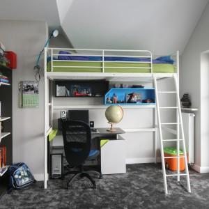 Łóżka na górze, a biurko na dole. To świetny i bardzo ergonomiczny pomysł na organizację przestrzeni w pokoju dziecka. Dzięki temu uda się również wygospodarować więcej miejsca na zabawę. Projekt: Katarzyna Merta-Korzniakow. Fot. Bartosz Jarosz.