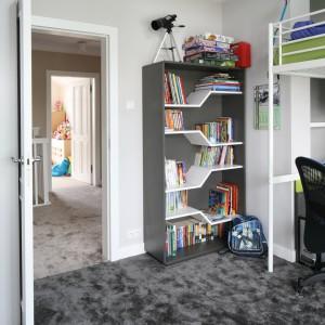 Tak półka może pełnić kilka funkcji. Można na niej ustawić zarówno książki, jak również zabawki czy inne dekoracje. Projekt: Katarzyna Merta-Korzniakow. Fot. Bartosz Jarosz.