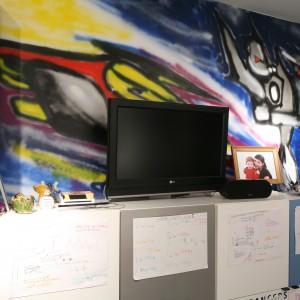 Jedną ze ścian pokrywa grafitti. To bardzo oryginalny sposób na dekorację pokoju. Projekt: Katarzyna-Mikulska Sękalska. Fot. Bartosz Jarosz.