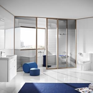 Jasna i przestronna łazienka wyposażona jest w meble i ceramikę z serii Dama-N firmy Roca. Fot. Roca