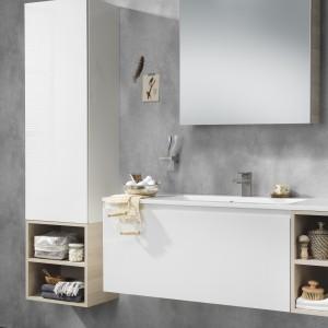 Meble Miller marki Tiger to stylowe połączenie bieli i jasnego drewna polecane do łazienek nowoczesnych, ale także w klimacie rustykalnym. Fot. Tiger/Coram.