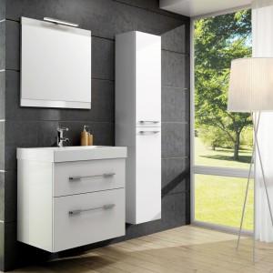 Meble z kolekcji Barcelona firmy Elita o uniwersalnym designie sprawdzą się w łazience urządzonej w bieli jak i szarościach. Fot. Elita.