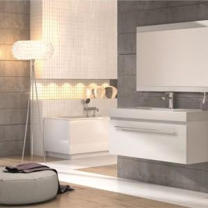 Meble Decora firmy Aquaform to nowoczesny zestaw z lustrem. Proste formy i lakierowane powierzchnie świetni prezentują się także w aranżacji glamour. Fot. Aquaform.