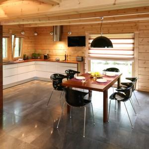 Niezwykła kuchnia, w której ściany i sufit wykończono drewnianym balem. Aby zapobiec niszczeniu drewna, powierzchnię bezpośrednio nad kuchennym blatem, osłonięto szklaną taflą. Projekt: Tomasz Motylewski, Marek Bernatowicz. Fot.