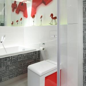 Czerwone są również elementy dekoracyjne - litery nad wanną. Specjalnie do tego wnętrza dobrano oryginalny model sedesu z czerwoną wstawką z boku. Projekt: Katarzyna Mikulska-Sękalska. Fot. Bartosz Jarosz.