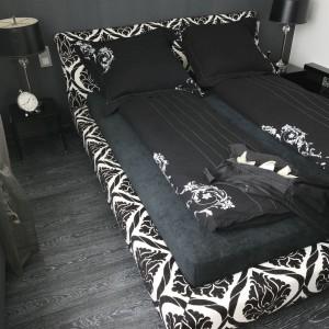 Ciekawa tapicerka łóżka wprowadza do wnętrza elegancki element w stylu glamour. Projekt: Małgorzata Borzyszkowska. Fot. Bartosz Jarosz.