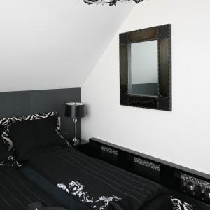 Na ścianie umieszczono lustro w dekoracyjnej ramie. Przemyślane dekoracje dodają wnętrzu charakteru.  Projekt: Małgorzata Borzyszkowska. Fot. Bartosz Jarosz.