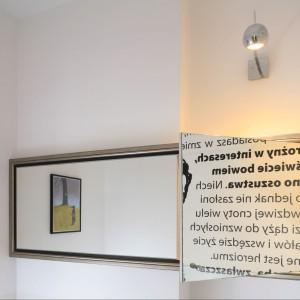 Ukryta za lustrem szafka, to pomysłowe i praktyczne rozwiązanie. Panoramiczne lustro optycznie poszerza wnętrze. Efektownie odbija się w nim dekoracja umieszczona na sąsiedniej ścianie. Projekt: Marta Kruk. Fot. Bartosz Jarosz