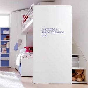 Schodki prowadzące do łóżka na antresoli to także praktyczne schowki, w których można przechowywać liczne zabawki dzieci. Fot. Doimo Cityline.