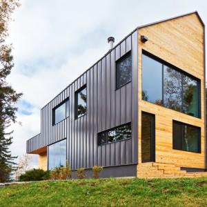 Bryła domu nawiązuje do lokalnych stodół, ale jej asymetryczna forma zdradza nowoczesne wnętrze. Projekt: MU Architecture. Fot. Ulysse Lemerise Bouchard.