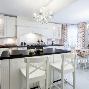Bar w kuchni równie efektownie prezentuje się w kuchniach nowoczesnych, jak i klasycznych. Tutaj przykład drugiego rozwiązania. Fot. Pracownia mebli Vigo.