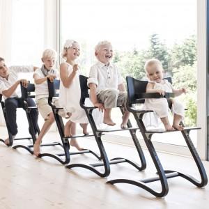 Niezbędny jest zatem specjalny fotelik, dzięki któremu dziecko będzie miało wygodne oparcie kręgosłupa, jak również będzie na odpowiedniej wysokości względem karmiącego rodzica. Fot. Cuckooland.