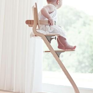 Drewniane krzesełko marki Leander waży niewiele ponad 5 kg. Przeniesienie go z miejsca na miejsce nie stanowi zatem większego problemu. Cena: ok. 900 zł. Fot. Cuckooland.