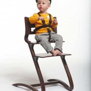 Krzesełko powinno być nie tylko dopasowane do sylwetki dziecka, ale też mieć odpowiednie pasy czy zapięcie. Zabezpieczy ono pociechę przed upadkiem, w chwili gdy  będziemy mieć ręce zajęte karmieniem. Fot. Cuckooland.