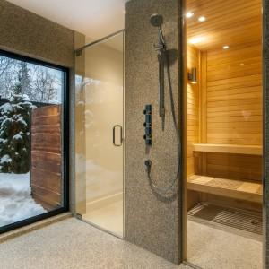 Po ciężkim, intensywnym dniu, domownicy mogą się zrelaksować w domowej saunie. Projekt: Frédric Clairoux, Julie Lafontaine. Fot. JB Valiquette.