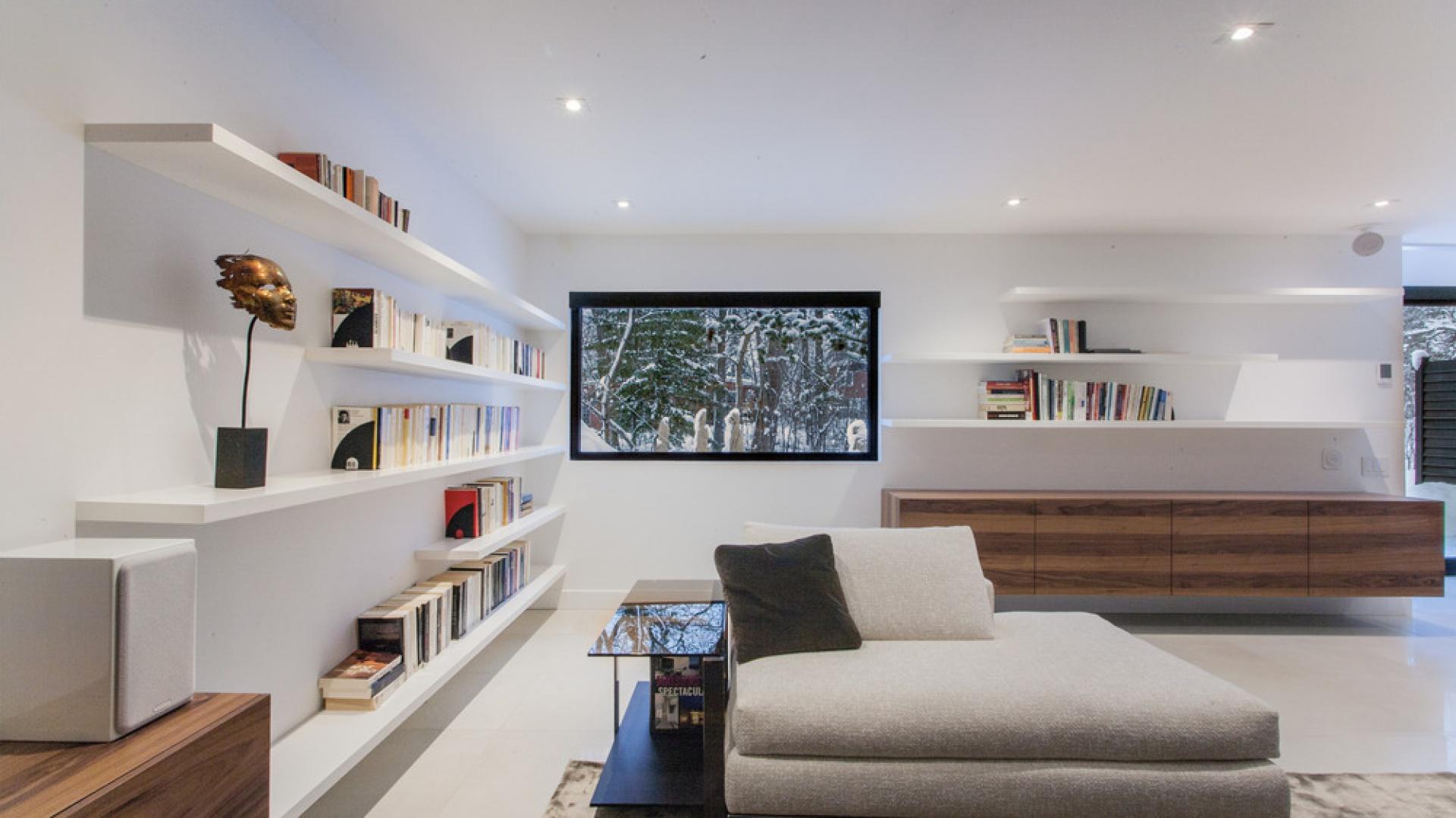We wnętrzach dominują biel, beże i szarości. Neutralne kolory tworzą przyjemną przestrzeń, zachęcającą do wypoczynku. Projekt: Frédric Clairoux, Julie Lafontaine. Fot. JB Valiquette.